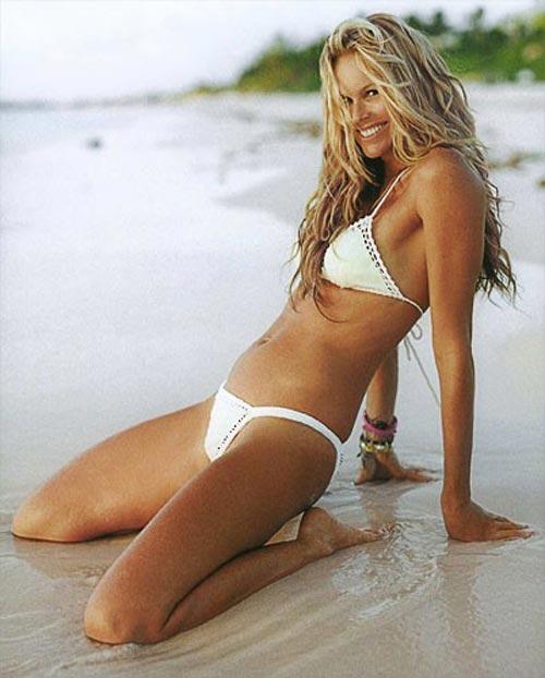 Elle-Macpherson в белом купальнике фото