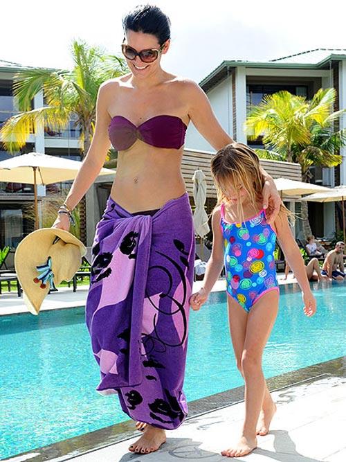 Angie Harmon в фиалетовом купальнике бандо